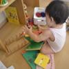無印スタッキングシェルフ大活躍。子どものおもちゃ収納にも、家族の本棚にも。