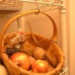 キッチンのスチールラック収納・根菜ストックかごの便利な定位置