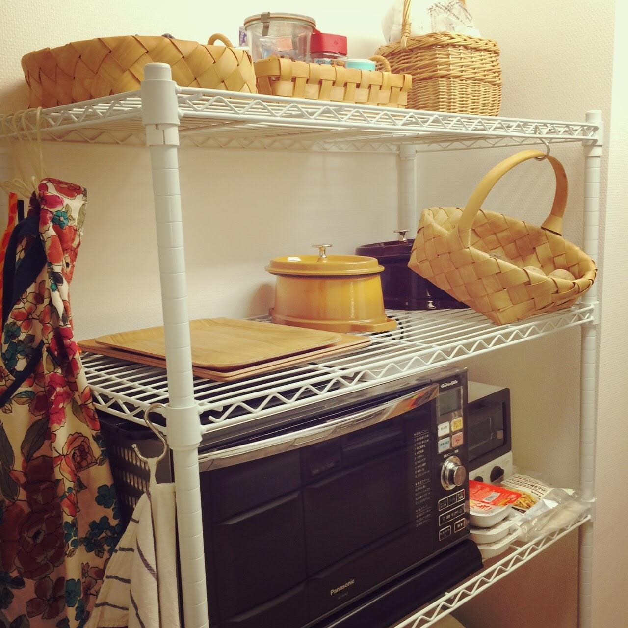 続・スチールラックのキッチン収納。カゴと引っかけ収納フル活用 – ほど