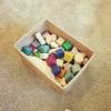 無印スタッキングシェルフをつかった家族の本棚つづき。こどものおもちゃはラタン材の箱が使える
