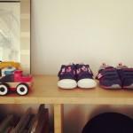 飾っても楽しめるおもちゃ選びと、家族の本棚につくった待ち合いディスプレイ。