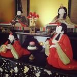 ひな人形を飾ります。季節小物は、やっぱり家族の本棚。